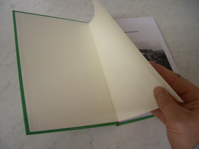 Das Vorsatzpapier kaschiert den Deckenbezug und verbindet den Buchblock mit der decke