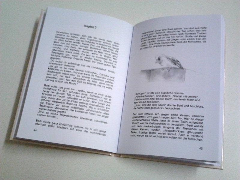 Die Buchdecke ist größer als der Inhalt. Der Buchdeckel steht beim fertig gebundenen Hartcover-Buch ca. 3mm über