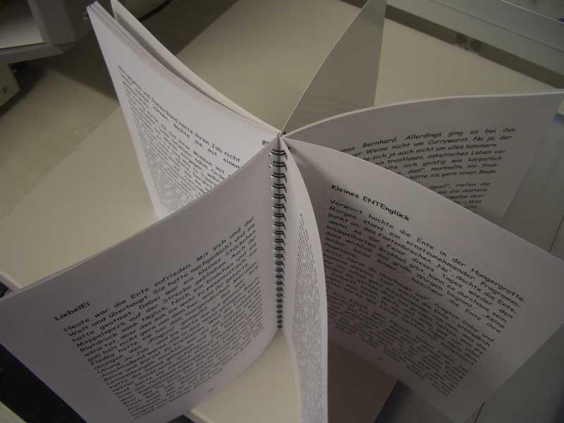 Hier wird das Aufschlagverhalten verdeutlicht. Die Buchseiten sind alle um 360 Grad frei beweglich.